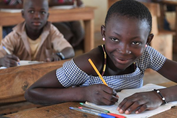 Fillette étudiant dans un village de Krakro, centre de la Côte d'Ivoire