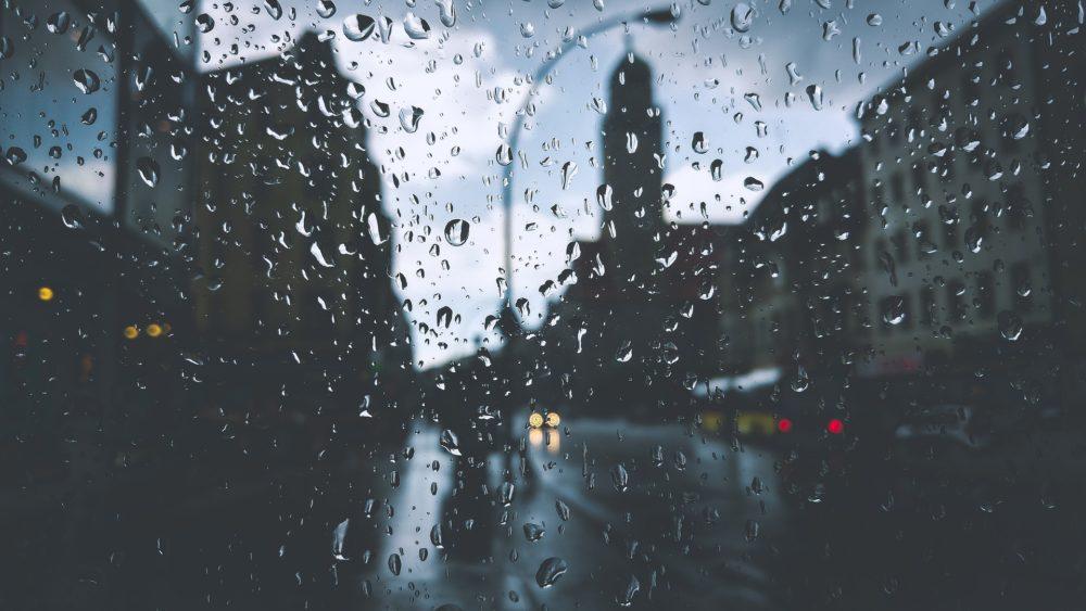 fenêtre, par un temps de pluie